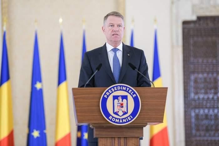 Klaus Iohannis susține o declarație de presă.