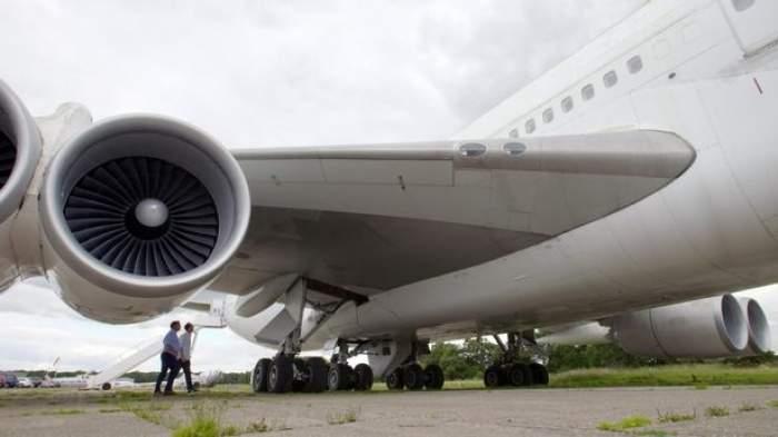 Un bărbat a zburat pe o distanță de 9.000 de kilometri, agățat de roata avionului. Cum a fost posibil să supraviețuiască