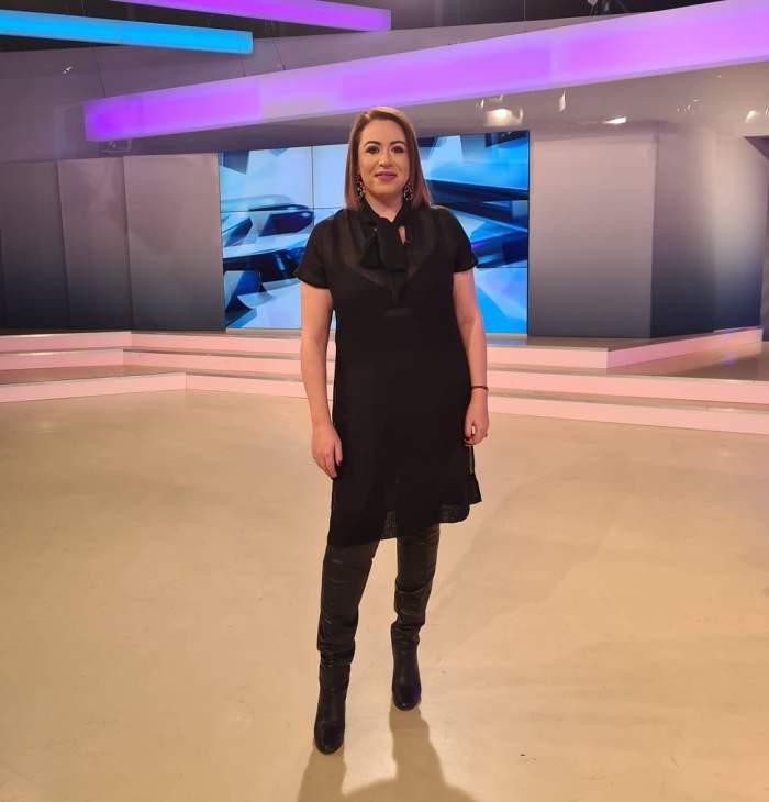 Oana Roman în platou la Antena Stars, în rochie neagră și cizme.