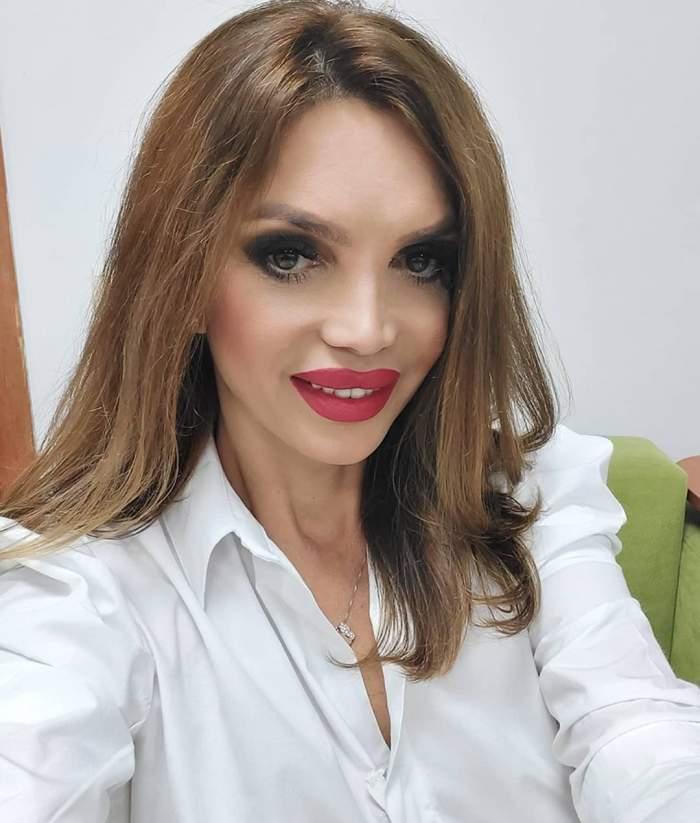 Cristina Spătar în cămașă albă.