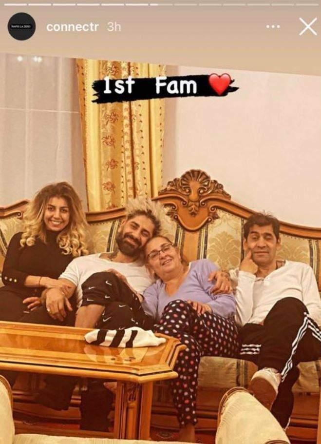 Connect-R și familia lui se află pe o canapea cu nuanțe de crem. Artisul o ține la piept pe cea care i-a dat naștere, iar sora lui îl ține de mână. Tatăl artistului este lângă mama lui.