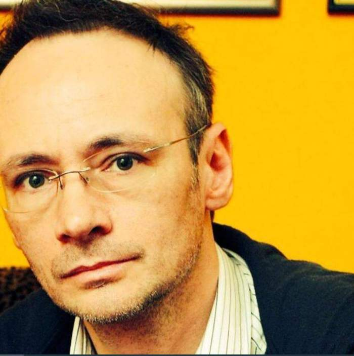 Mihai Albu poarta un tricou alb cu jacheta neagra