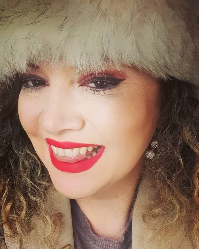 Oana Lis în timp ce zâmbește.