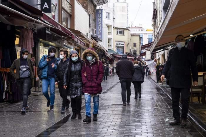 Oameni cu ască pe stradă