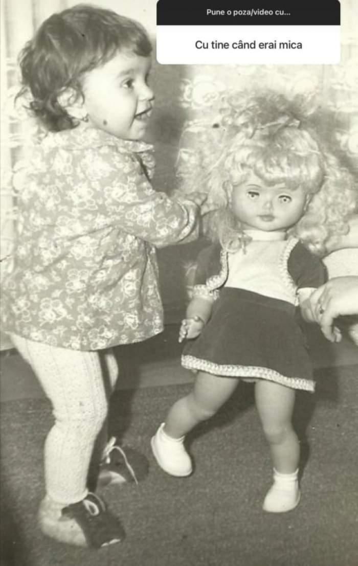 Giulia Anghelescu, în copilărie, cu o păpușă în brațe
