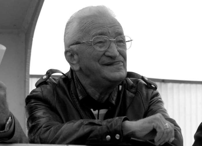 Fotografie alb-negru cu Cornel Drăgușin, cu limba scoasă