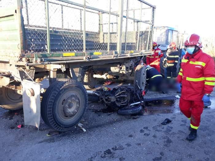 Accident mortal în Suceava! Un tânăr s-a stins din viață, după ce a intrat cu motocicleta sub remorca unui tractor