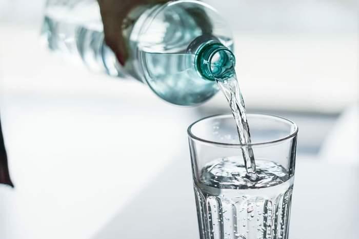 Un brăilean a decedat după ce i s-a dat să bea otravă, în loc de țuică. S-a deschis dosar penal pentru ucidere din culpă