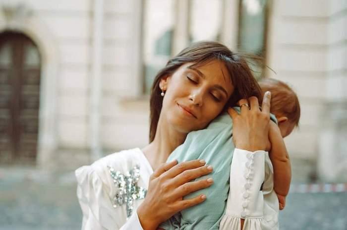 Dana Rogoz o ține pe fiica ei în brațe