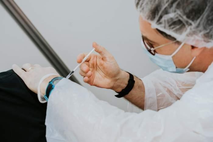 Voucherele pentru cei care se vaccinează au început să fie livrate în centrele din țară. Cum se poate intra în posesia tichetelor