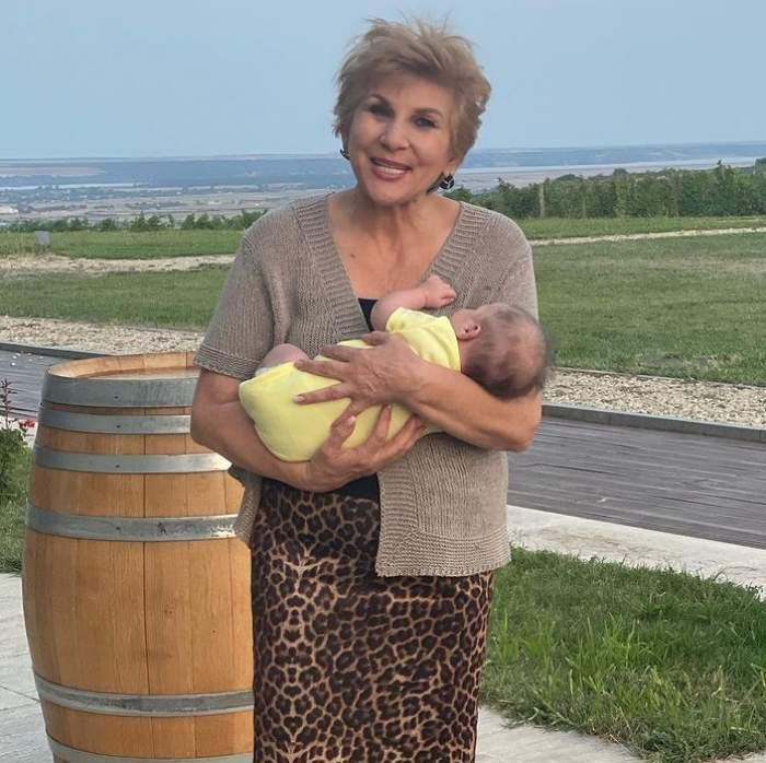 mama adelei popescu cu copilul in brate