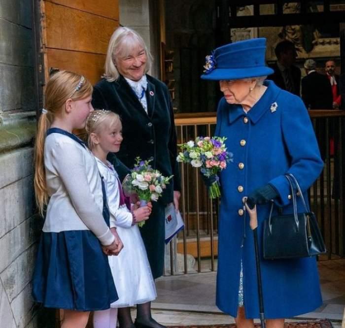 Regina Elisabeta a II-a a mers cu baston pentru prima oară în cadrul unui eveniment important. Suverana are 95 de ani