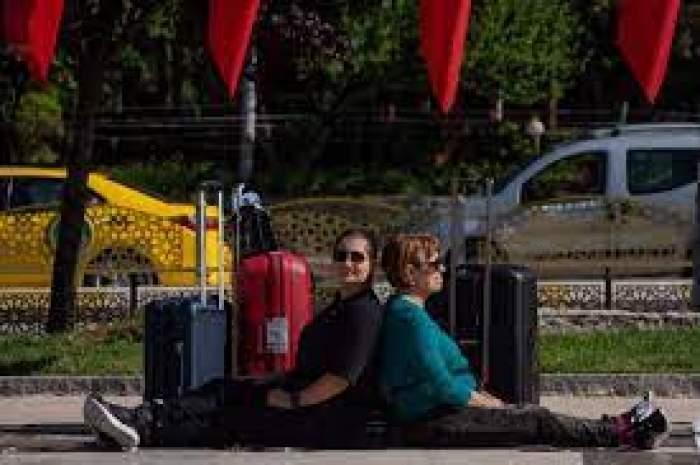 Adriana Trandafir și Maria Speranța stau lângă geamantane