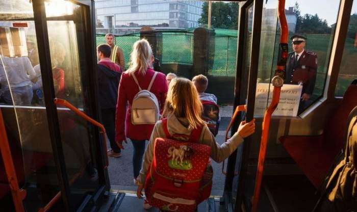 """Transportul elevilor din învățământul primar până la unitatea școlară va fi decontat de stat. Este oficial: """"Copiii României merită tot ce e mai bun"""""""