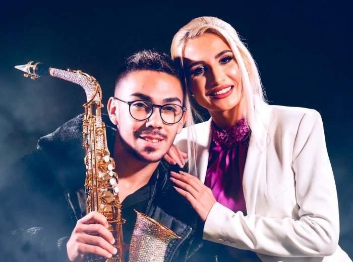 Armin Nicoară și Claudia Puican, fotografiați îmbrățișați, cu saxofonul în mână