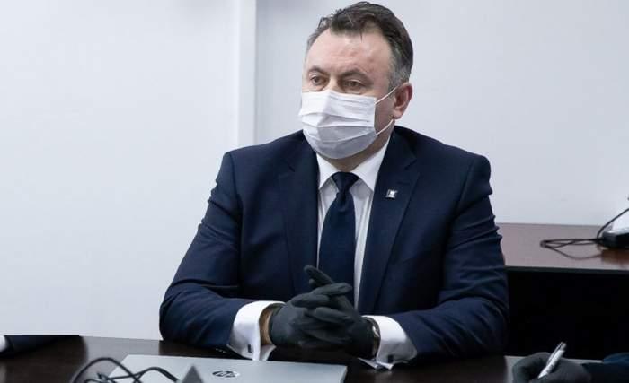 Nelu Tătaru poartă masca de protecție în cadrul unei conferințe de presă