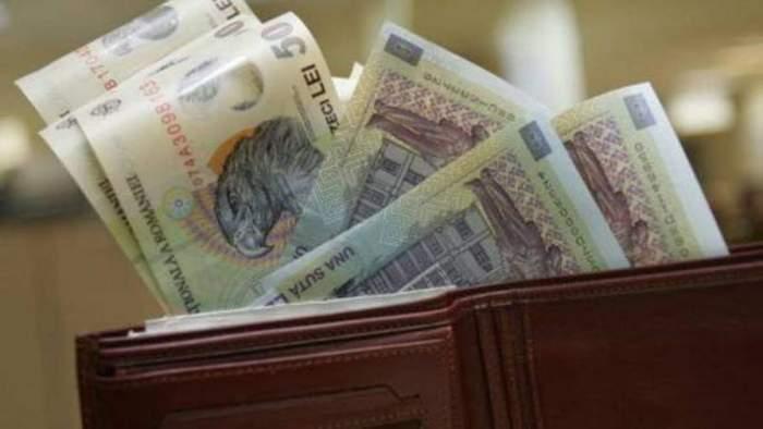 Un portofel plin cu bancnote de 50 de lei