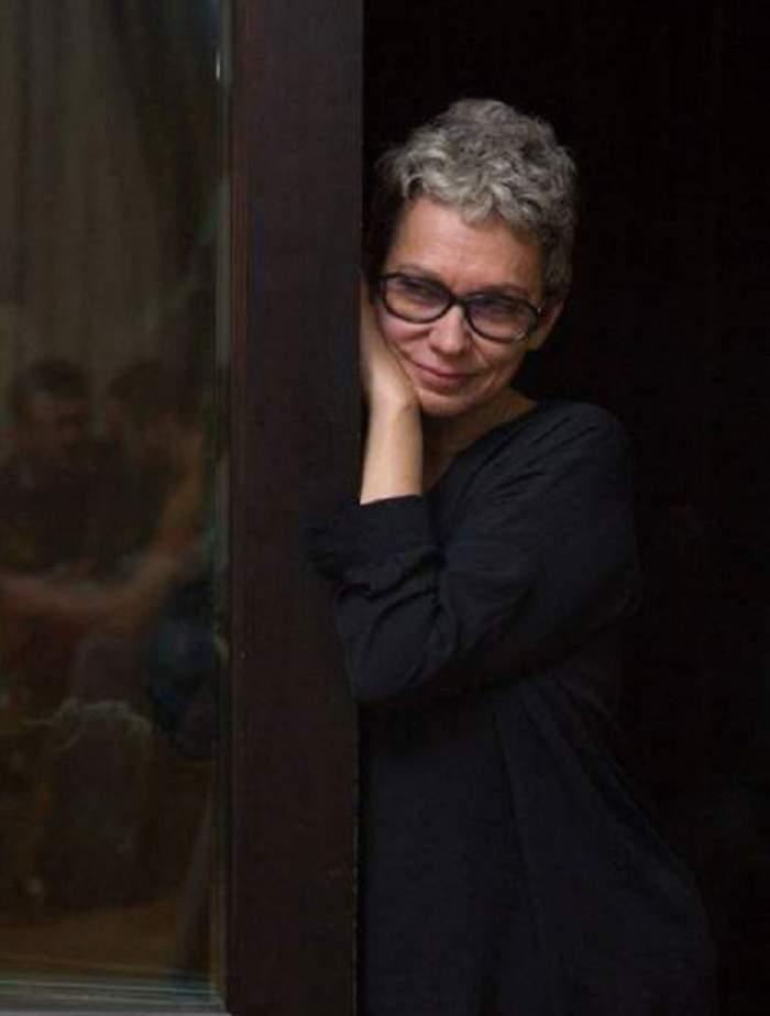 Oana Pellea, în negru, lângă un stâlp de lemn