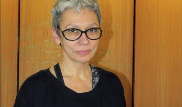 Oana Pellea, îmbrăcată în negru, cu cohelari de vedere