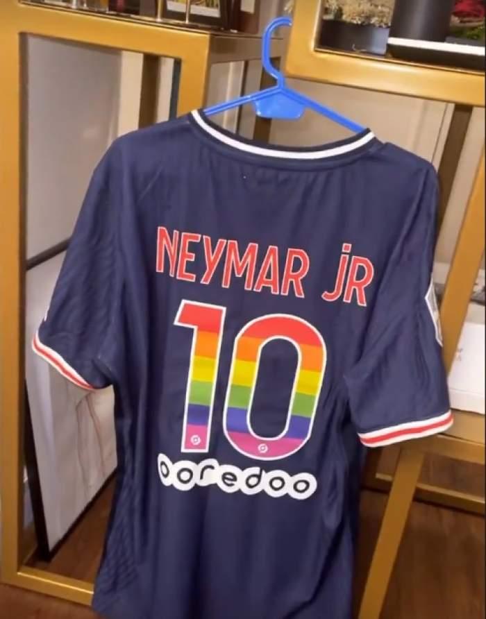 """Vlăduța Lupău a câștigat la licitație tricoul fotbalistului Neymar. Artista s-a declarat un fan înrăit: """"Face parte din lucrurile mele de valoare"""" / FOTO"""