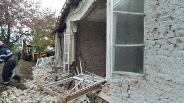 Un bărbat din Bacău a murit, după ce un zid s-a prăbușit peste el. O altă victimă a incidentului, căutată sub dărâmături
