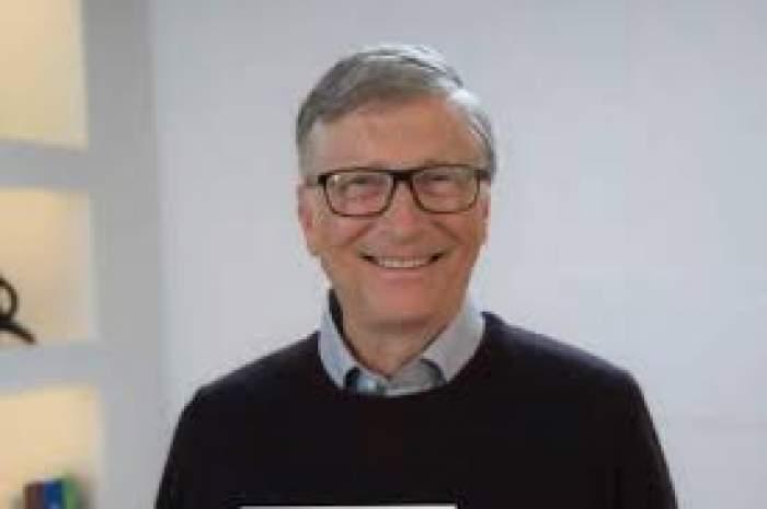Bill Gates, zâmbitor, îmbrăcat în negru