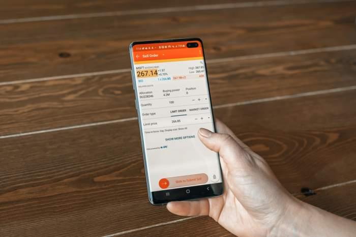un smartphone deschis pe o aplicație financiară