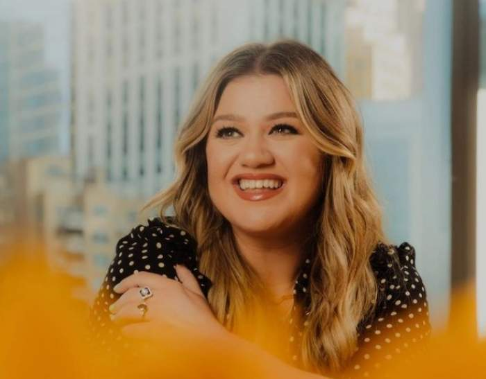 Kelly Clarkson, cu zâmbetul pe buze