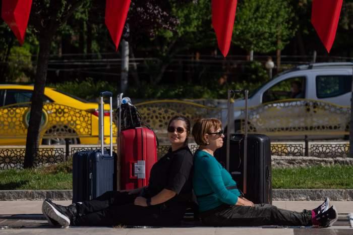 Maria Speranța și Adriana Trandafir stau jos