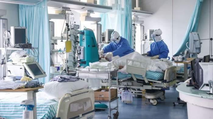 Medici care îngrijesc pacieți la ATI