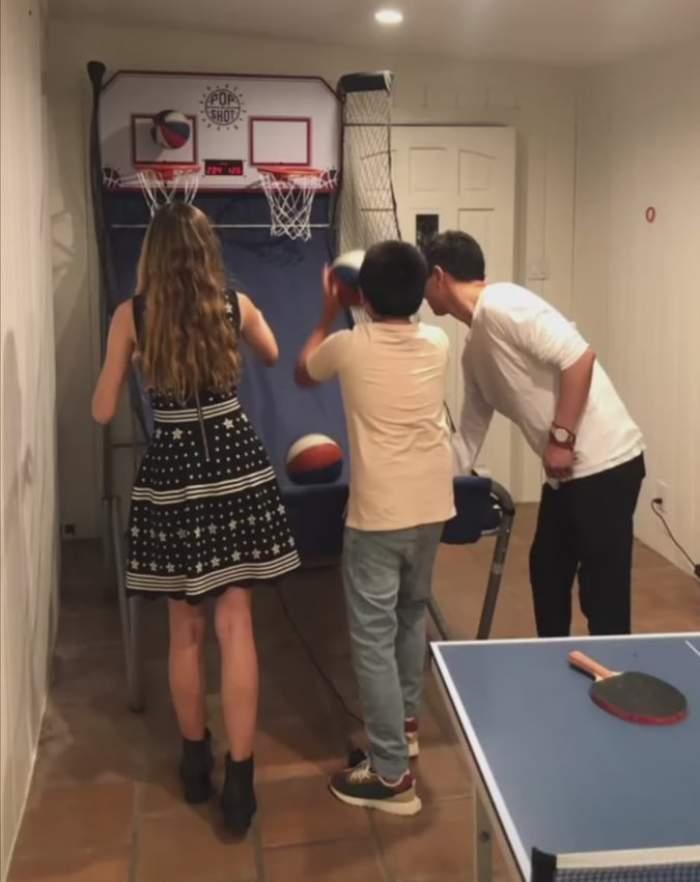 Fiica Monica Gabor alături de Mr. Pink și fiul acestuia se joacă