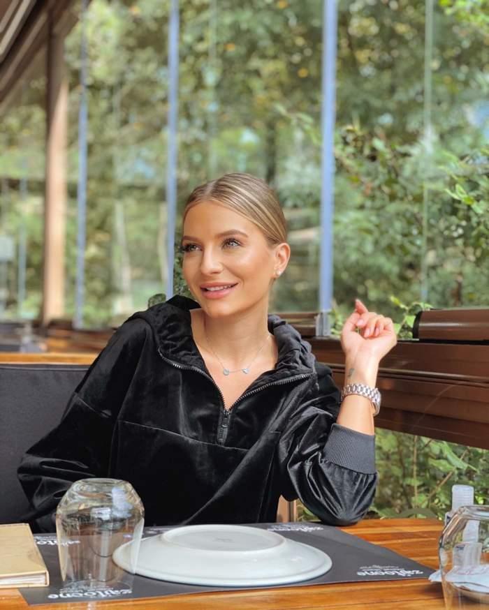 Ana Baniciu, îmbrăcată în negru, la masă