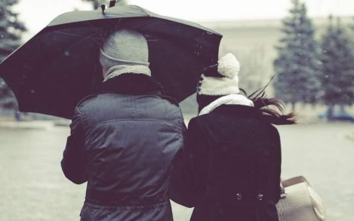 Un cuplu sub o umbrelă