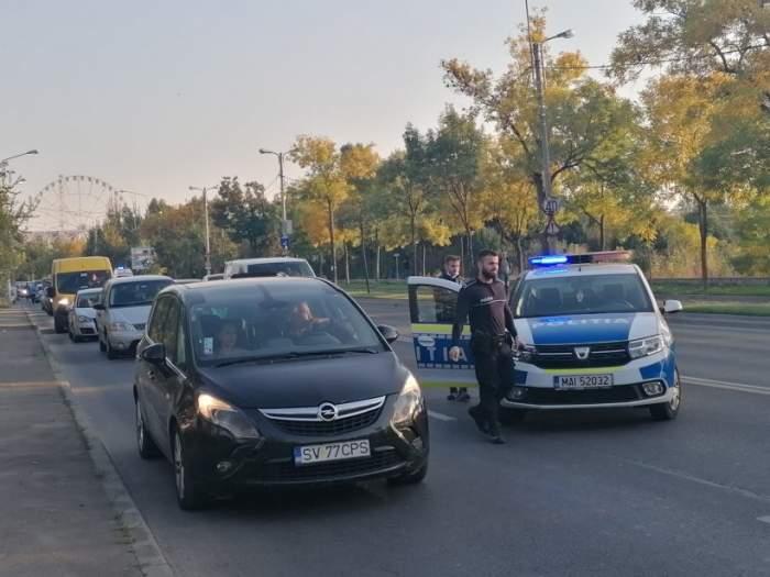 O mașină a luat foc, pe o șosea din Capitală. Traficul a fost blocat / VIDEO