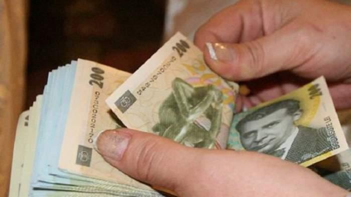 O femeie care numără bani