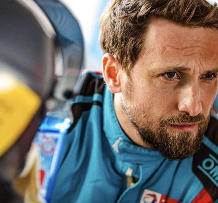 Dani Oțil în costum de motociclist