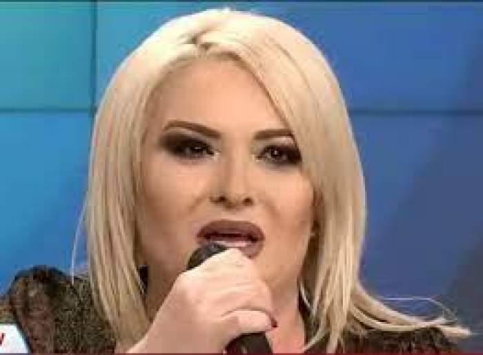 Viorica de la Clejani vorbește la microfon