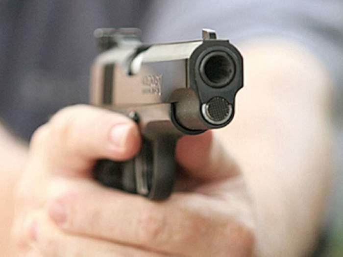 Un bărbat din Târgu Jiu a fost găsit împușcat în cap în propria mașină. Polițiștii au deschis un dosar penal