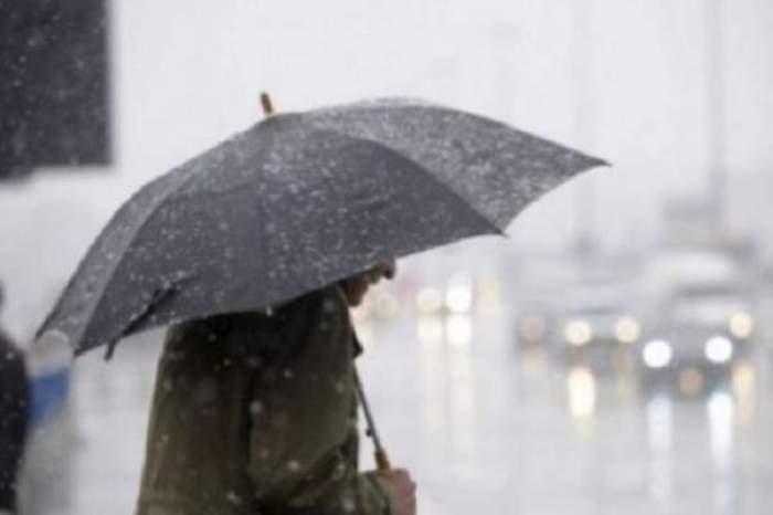 un om cu umbrela
