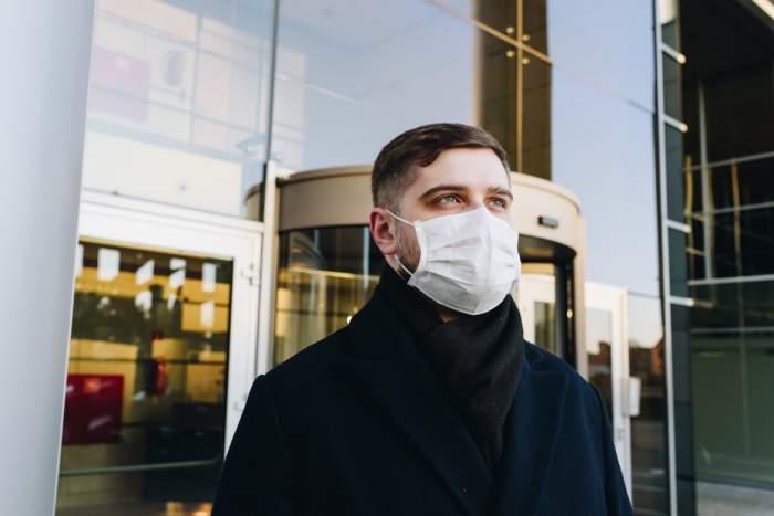 bărbat cu mască pe față