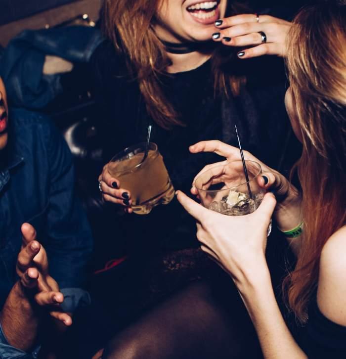 tinere care bea într-un bar