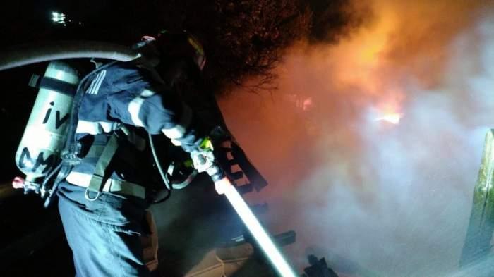 Incendiu puternic izbucnit în București. Două case din zona Vitan au fost cuprinse de flăcări / FOTO