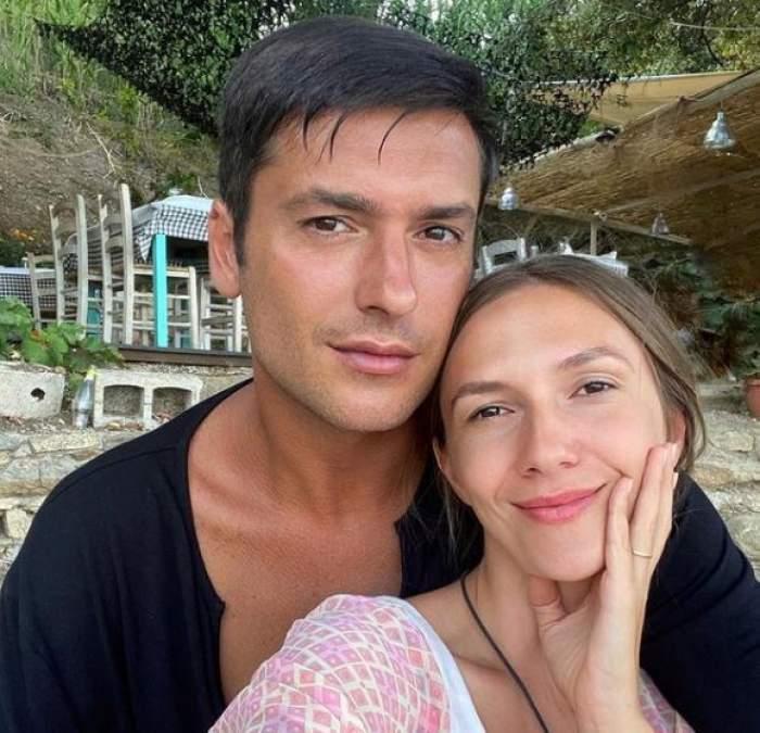 Adela Popescu și Radu Vâlcan, zâmbitori și îmbrățișați