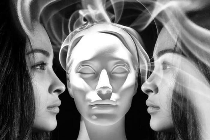 Două femei alb-negru și un mulaj de femeie