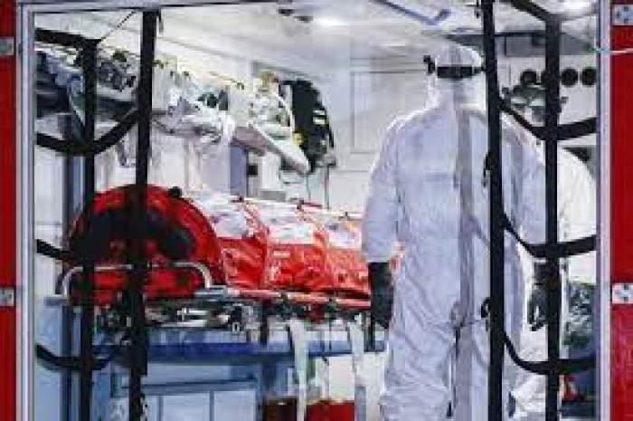 Medici în combinezon și o izoletă, fotografiați într-o salvare