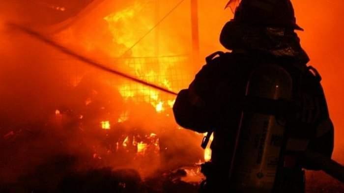 Pompier stinge flăcările