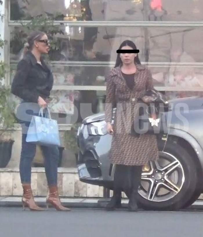 Bianca Drăgușanu și prietena sa, pe marginea străzii