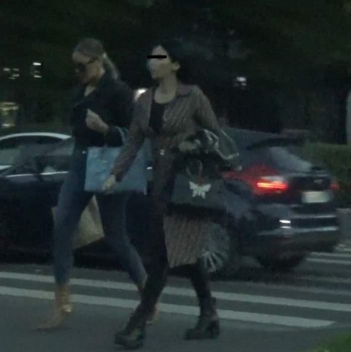 Bianca Drgușanu și prietena sa traversează strada