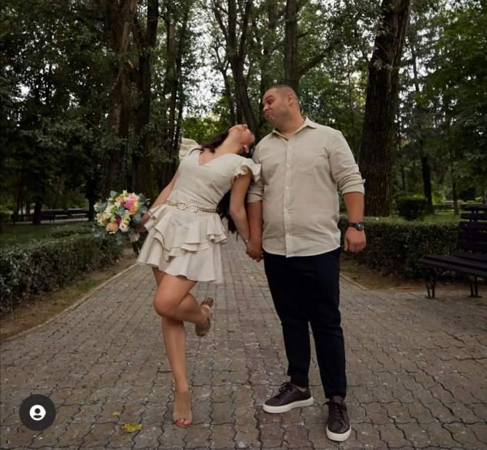 Alexandru Bădițoaia și soția, în parc, ținându-se de mână