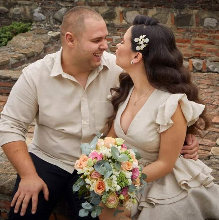 Alexandru Bădițoaia și soția, îmbrățișați, mimând un pupic